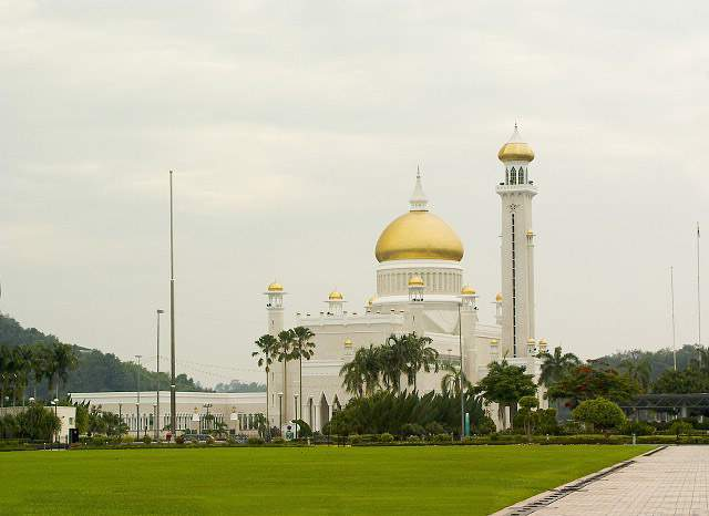 Omar Ali's Masjid in Brunei-2w4xn3o-jpg